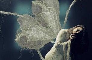 Donna con ali che ha paura della solitudine