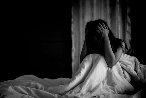 Ragazza che soffre di attacchi di panico notturni
