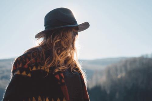 Donna di spalle con cappello