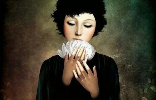 Donna che annusa un fiore