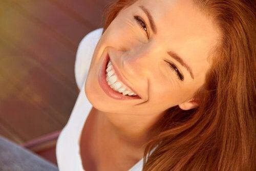 Donna felice con un grande sorriso