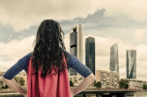 Donna con mantello da supereroe perché siamo tutti eroi di noi stessi