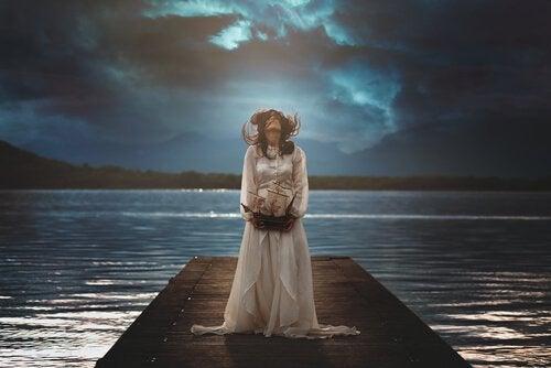 Donna sul molo di notte