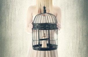 Donna in gabbia perché soffre di nevroticismo