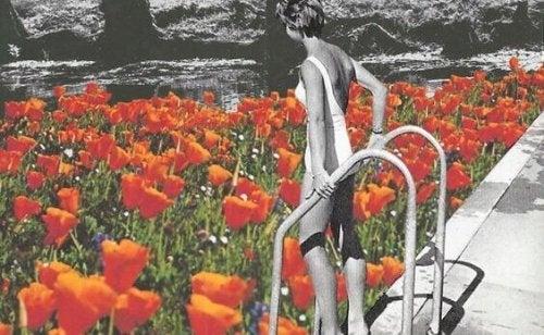 Donna in una piscina di fiori