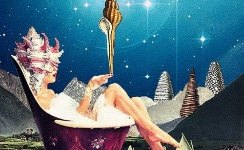 Donna in una vasca da bagno con delle conchiglie