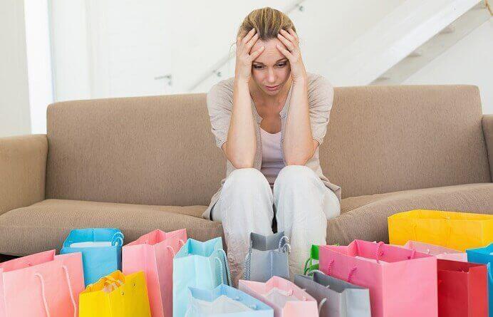 Donna disperata con numerose buste delle compere