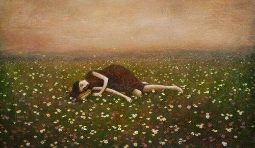 Donna su un campo di fiori