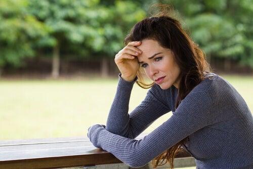 Donna triste perché un suo familiare ha un disturbo di salute mentale