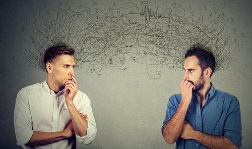 Due uomini mentre si creano aspettative l'uno sull'altro