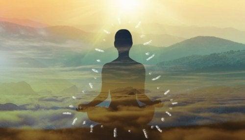 Uomo che pratica la meditazione