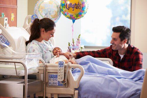 Coppia felice per la nascita del loro bambino
