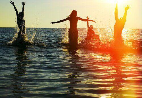 Gente che si diverte al mare