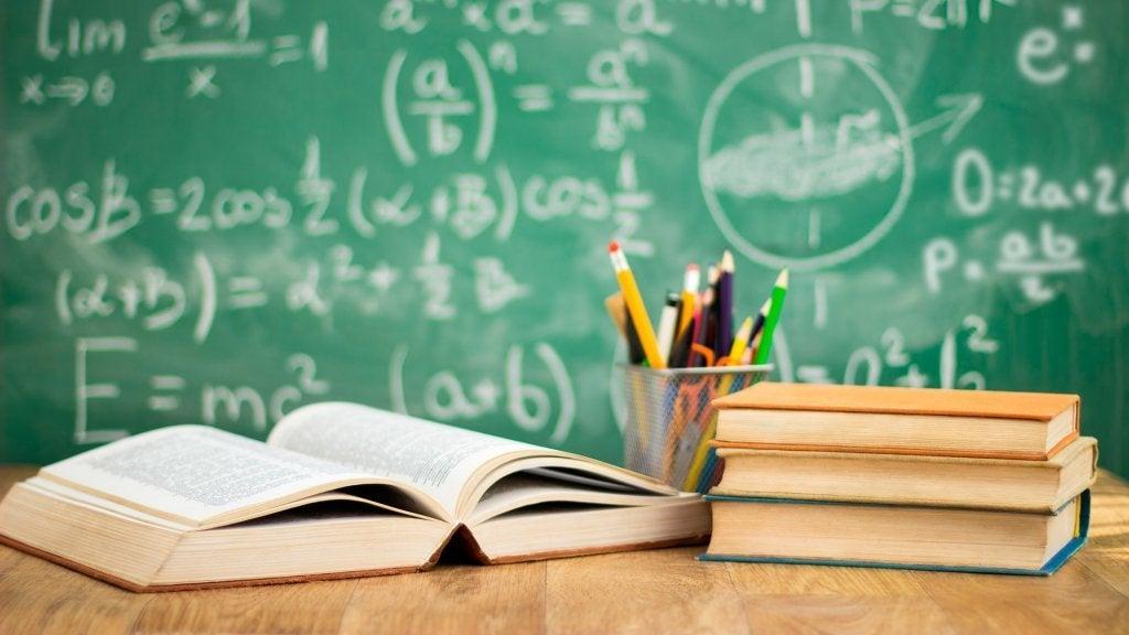 Scrivania e libri dello psicologo educativo