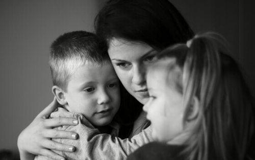 Madre che abbraccia i suoi figli