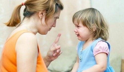 Bambina che piange mentre sua madre la sgrida