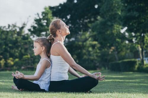 Mamma e figlia che meditano