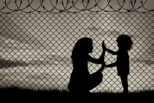 Madre e figlia dietro il filo spinato