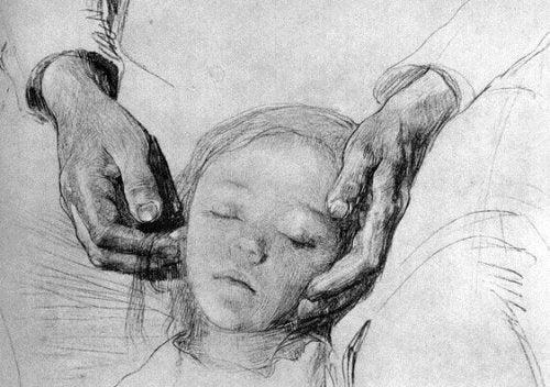 Mani di un genitore avvolgono la testa del figlio