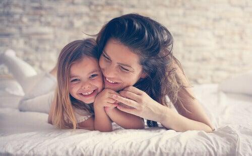 Madre e figlia sul letto