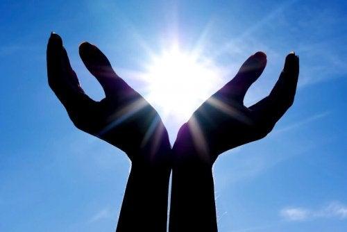 Mani che raccolgono il sole