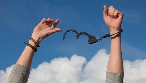 Persona che si libera dalle manette