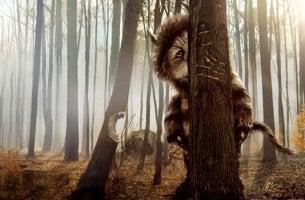 Mostro che si nasconde dietro agli alberi