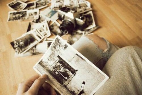 Ragazza che guarda vecchie fotografie