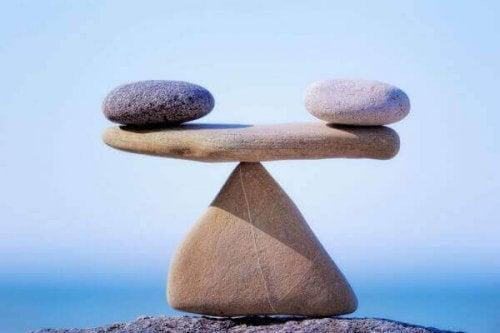 Pietre che rappresentano una bilancia e l'equilibrio interiore tra luci e ombre