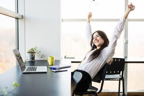 Ragazza che alza le braccia felice di migliorare il suo rendimento