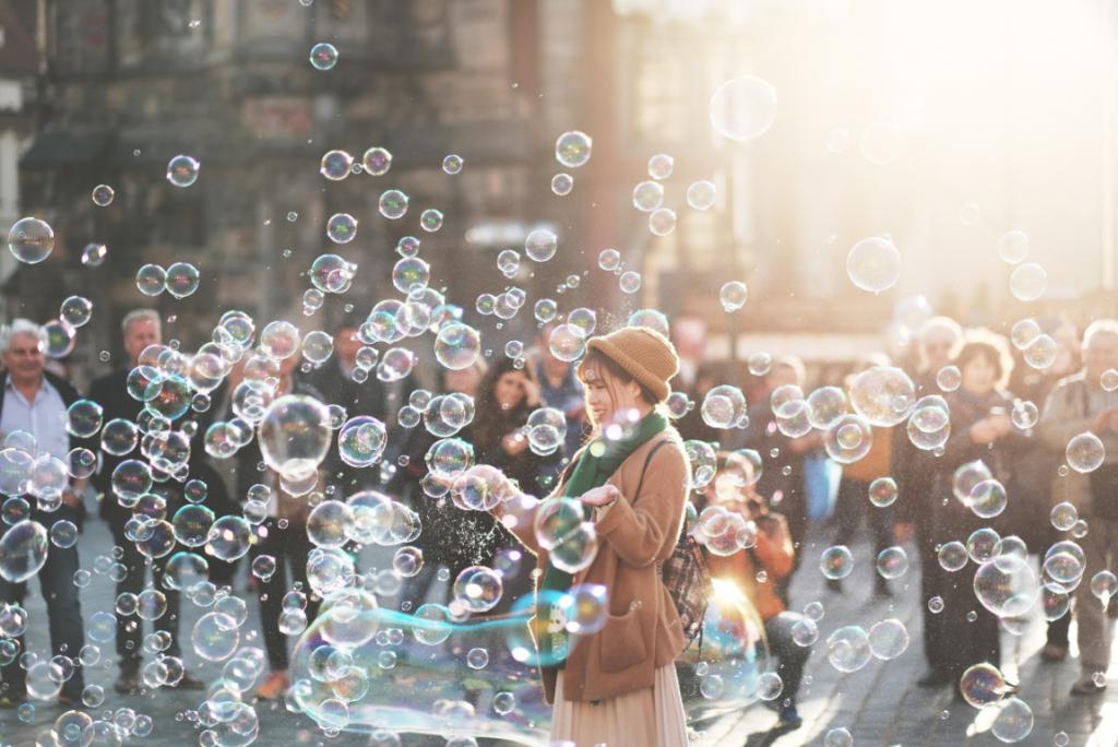 Gente e bolle di sapone