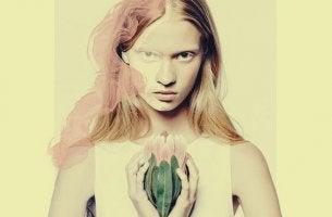 Ragazza con fiore in mano