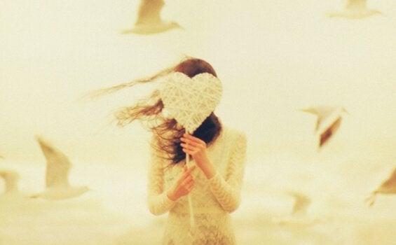 Ragazza con un cuore di stoffa