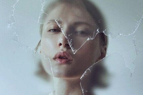 Donna che bacia un vetro rotto