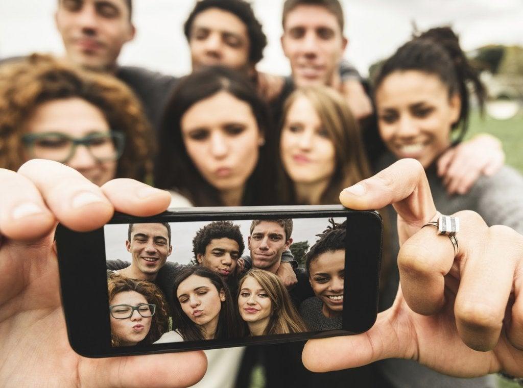 Selfie collettivo di un gruppo di giovani narcisisti
