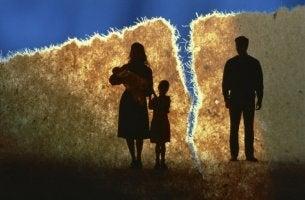 Tessuto rotto con famiglia che rappresenta il divorzio