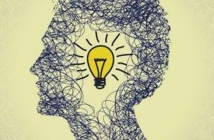 Uomo con lampadina in testa che risveglia il proprio lato creativo