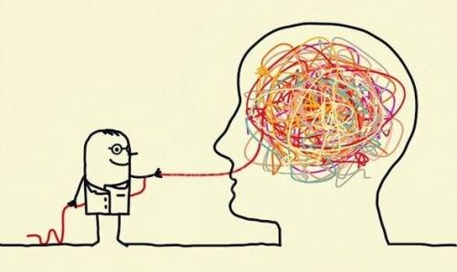 Psicologo che estrae un filo da un groviglio all'interno di una testa