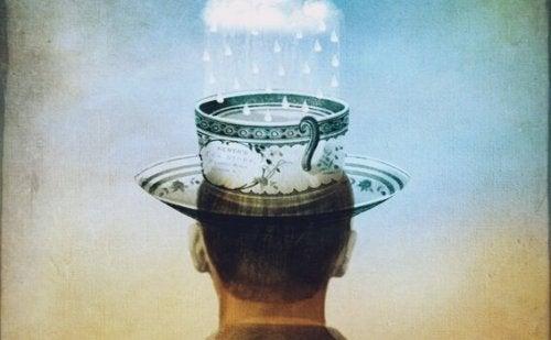 Uomo con tazza in testa