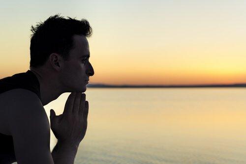 Uomo di profilo che guarda il mare