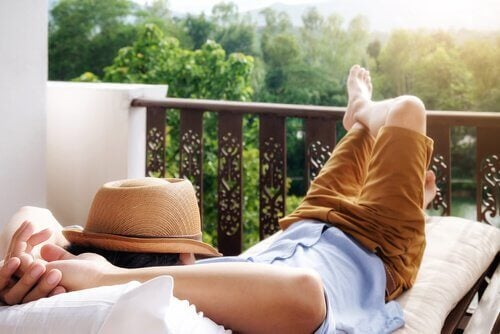 Uomo sdraiato che si rilassa