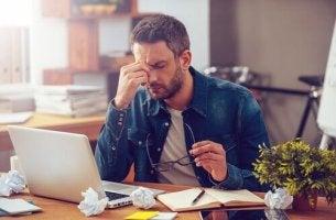 Uomo stressato che non sa come migliorare il rendimento