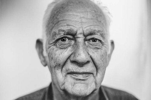 Uomo anziano che ha adottato l'invecchiamento attivo