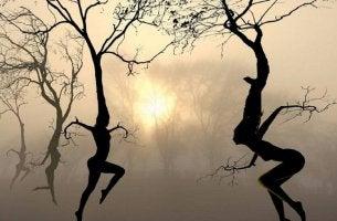 Alberi a forma di persone che ballano il tango emotivo