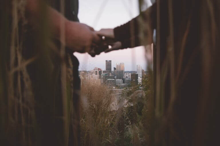 Coppia per mano con la città sullo sfondo