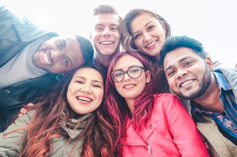 Narcisismo collettivo: i gruppi che amano sé stessi