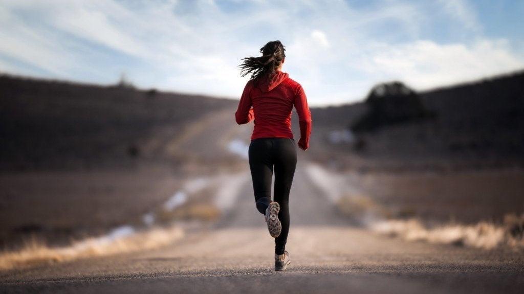 Ragazza che corre e secerne adrenalina