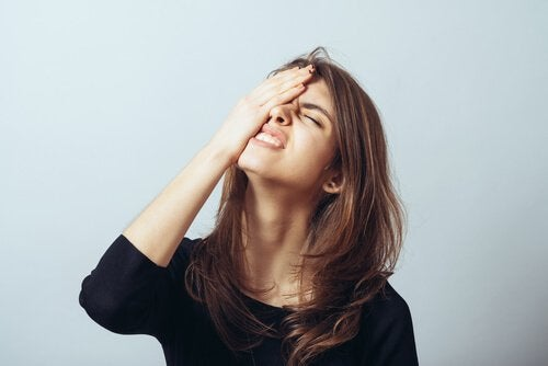 Ragazza che ha mal di testa