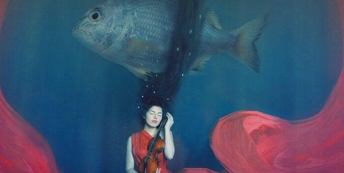 Ragazza che suona il violino in fondo al mare