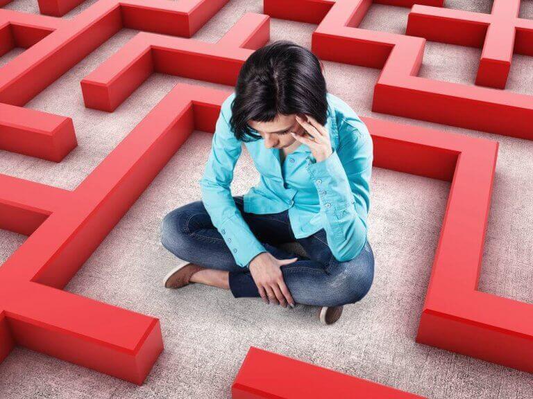 Ragazza preoccupata perché bloccata in un labirinto